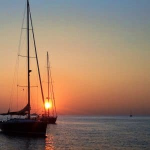 Закат на парусной лодке — хижина на Эолийских островах