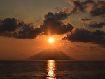 Sonnenuntergang auf der Insel von Stromboli, Äolische Inseln Sizilien
